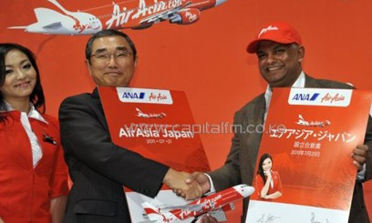 ANA president Shinichiro Ito (centre) with Air Asia CEO Tony Fernandes in Tokyo on July 21, 2011/AFP