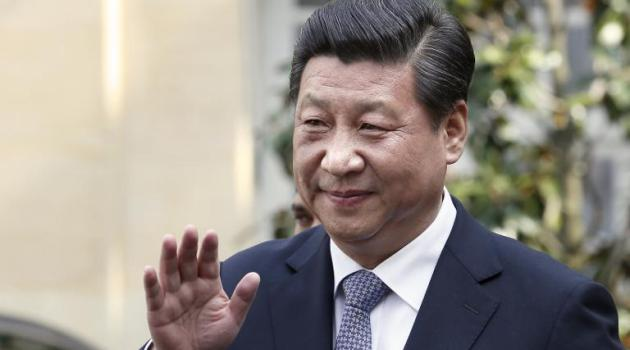 Chinese President Xi Jinping waves after a meeting with French Prime Minister Jean-Marc Ayrault in Paris, on March 27, 2014 /AFP