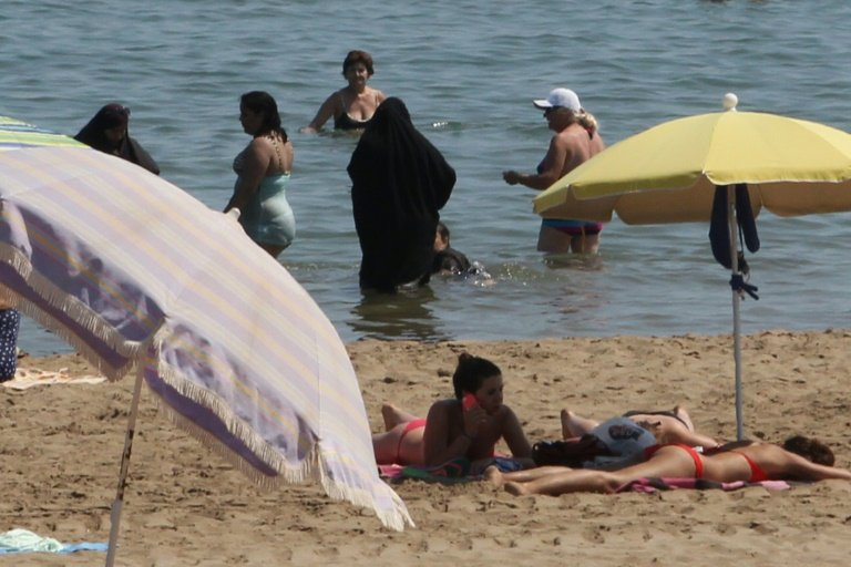 afp-muslim-women-say-burkini-debate-absurd