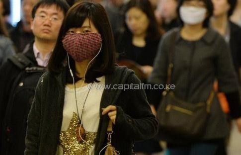Women wear face masks as the city's commuters protect themselves against the H7N9 bird flu virus in Shanghai on April 16, 2013/AFP