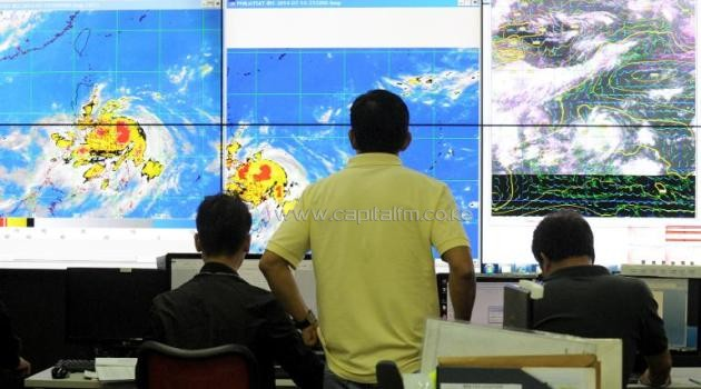 Meteorologists monitor the movement of typhoon Rammasun at the Philippine Atmospheric, Geophysical and Astronomical Services Administration in Manila on July 15, 2014/AFP