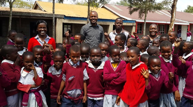Airtel's CSR Manager Aigelgel Kirumburu, Corporate Communications and CSR Director Dick Omondi, Kipeto Primary School Headmaster Joseph Matura and Airtel's Senior HR Coordinator Nancy Kalama with the school's pupils/COURTESY