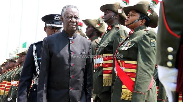 Zambia's President Michael Sata (L) reviews a guard of honour outside the National Assembly building on September 19, 2014 in Lusaka/AFP