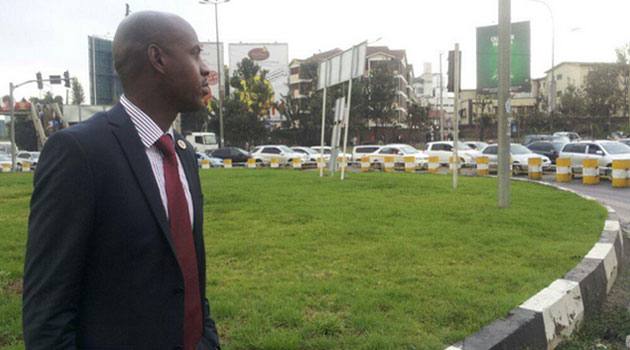 Director of Communications in Governor Evans Kidero's office, Walter Mongare observes traffic flow at a roundabout. Photo/ @WALTERMONDARE