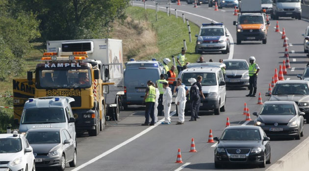 Police prepare to tow a refrigerated truck from a highway near Neusiedl am See, Austria, on August 27, 2015, following the grim discovery of 71 bodies © AFP