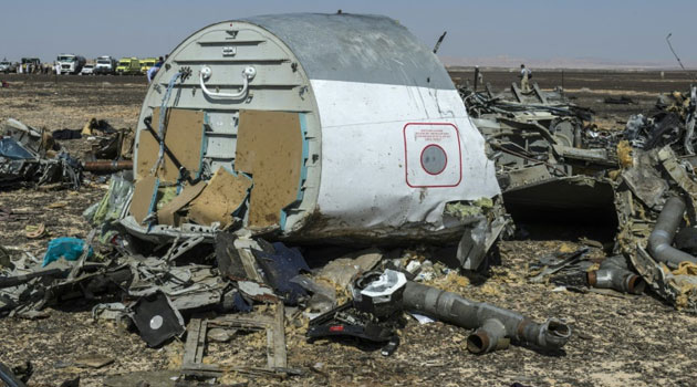 Debris from the Russian A321 at the site of the crash in Wadi el-Zolmat on November 1, 2015  © AFP