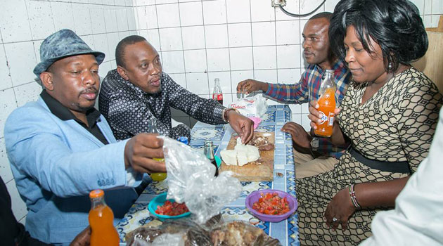 The President first visited Kenyatta Market where he shared nyama choma with Jubilee leaders and addressed traders/PSCU