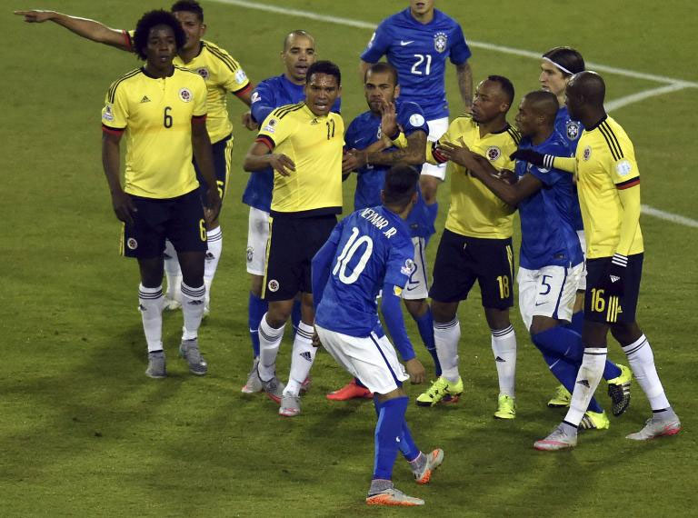 Brazil's Neymar (front) confronts Colombia's Carlos Bacca (3rd L) at the end of the Copa America match at the Estadio Monumental David Arellano in Santiago, Chile, on June 17, 2015. PHOTO/AFP