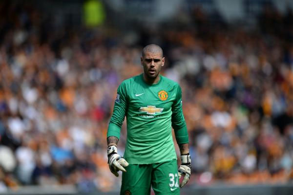Manchester United's Spanish goalkeeper Victor Valdes plays during the English Premier League football match between Hull City and Manchester United in Kingston upon Hull, north England on May 24, 2015. PHOTO/AFP