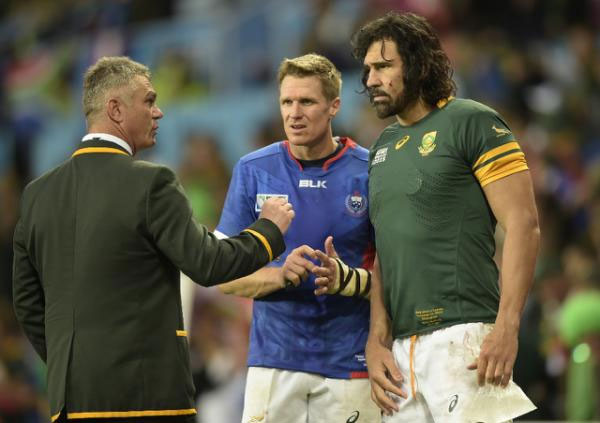 South Africa's head coach Heyneke Meyer (L) congratulates South Africa's centre and captain Jean de Villiers (C) and South Africa's lock Victor Matfield following the team's Pool B match of the 2015 Rugby World Cup between South Africa and Samoa at Villa Park in Birmingham, central England, on September 26, 2015. PHOTO/AFP