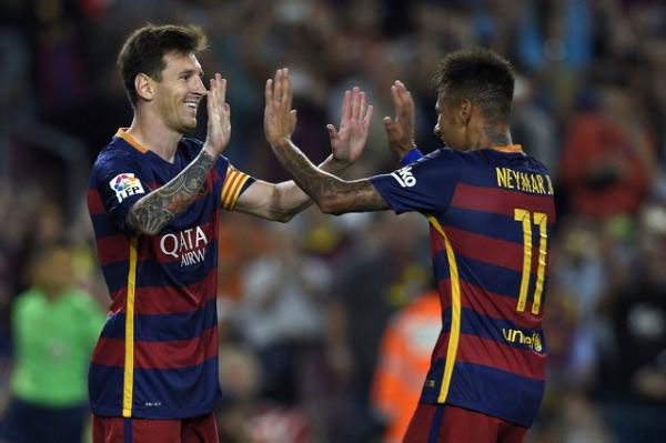Barcelona's Lionel Messi (L) celebrates with teammate Neymar after scoring a goal on a penalty kick during the La Liga match against Levante at the Camp Nou stadium on September 20, 2015. PHOTO/AFP