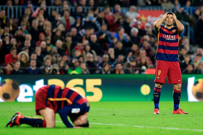 FC Barcelona's forwards Lionel Messi (L) and Luis Suarez (R) gesture after missing a goal during the Spanish league football match FC Barcelona vs Deportivo de La Coruna at the Camp Nou stadium in Barcelona on December 12, 2015. PHOTO/AFP