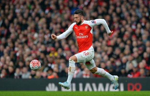 Arsenal's striker Olivier Giroud runs with the ball during the English FA Cup third-round football match between Arsenal and Sunderland at the Emirates Stadium in London on January 9, 2016