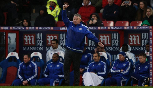 Chelsea's manager Guus Hiddink (C) shouts instructions to his players from the touchline during an English Premier League football match against Crystal Palace at Selhurst Park in south London on January 3, 2016 (AFP Photo/Adrian Dennis)