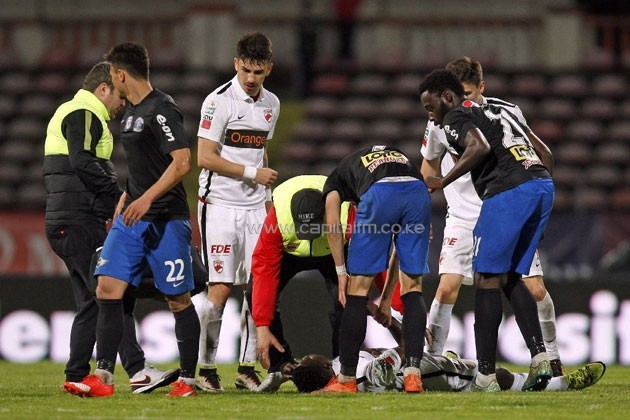Cameroonian international Patrick Ekeng lies on the pitch after he collapsed during the football match between Dinamo Bucharest and Viitorul Constanta in Bucharest on May 6, 2016 (AFP Photo/)