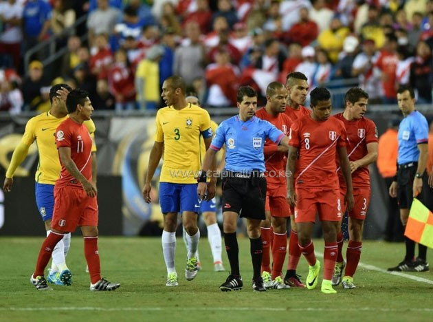 Uruguayan referee Andres Cunha (C) communicates with his assistants before awarding a goal to Peru, during their Copa America Centenario Group B match against Brazil, in Foxborough, Massachusetts, on June 12, 2016 (AFP Photo/Hector Retamal)