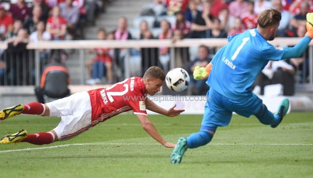 Bayern Munich's midfielder Joshua Kimmich (L) heads the first goal for Munich against Cologne's goalkeeper Timo Horn (R) during a German first division Bundesliga football match on October 1, 2016 (AFP Photo/Christof Stache)