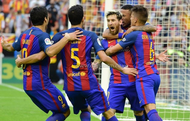 Barcelona's Argentinian forward Lionel Messi (C) celebrates with teammates after scoring during the Spanish league football match Valencia CF vs FC Barcelona at the Mestalla stadium in Valencia on October 22, 2016 (AFP Photo/Jose Jordan)