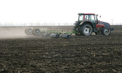 TRACTOR-PLOUGHS-FIELD