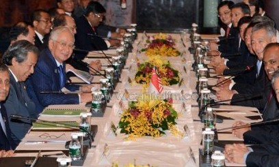 Malaysian PM Najib Razak (3rd L) is pictured during a meeting with Singaporean PM Lee Hsien Loong (4th R) in Singapore/AFP