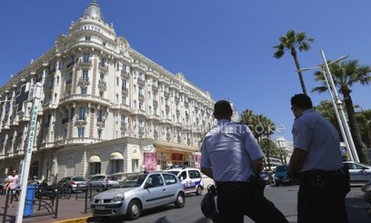French police keep watch outside the Carlton Hotel on July 28, 2013 in Cannes, after an armed man robbed a jewellery exhibition/AFP