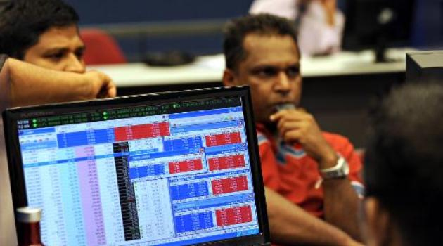 Sri Lankan stock traders monitor prices at the Colombo Stock Exchange on February 1, 2010/AFP