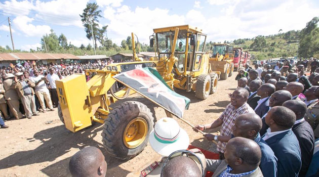 President Kenyatta thereafter proceeded to Maili Nne trading centre where he launched the tarmacking of Brooke Bond - Maili nne - Kipkelion - Londiani and the Maili nne - Chepseon roads that will be upgraded at a cost of Sh1.55bn/PSCU