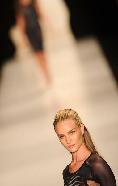 A model presents a creation of FH por Fause Haten during the 2012/2013 Rio de Janeiro Fashion Week in Rio de Janeiro, Brazil, on June 11, 2012. The 6-day fashion week kicked off on Monday. (Xinhua/Wen Xinyang)