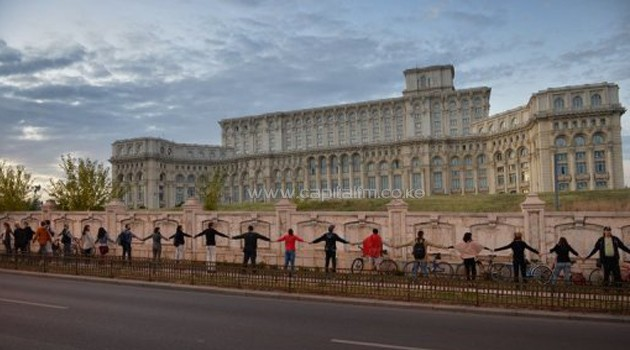 Thousands of Romanians form a human chain around parliament in Bucharest/AFP