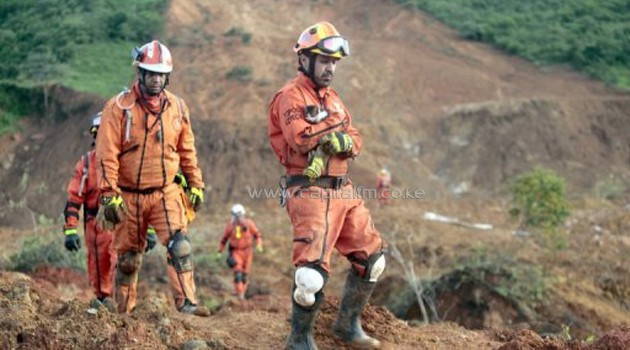 Rescuers search for victims of a landslide in La Pintada, Guerrero state, Mexico on September 23, 2013/AFP