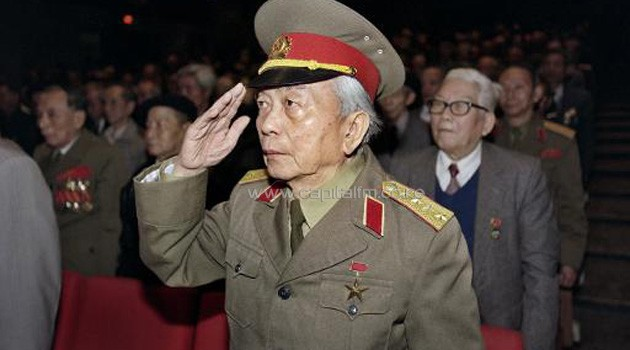 Retired General Vo Nguyen Giap, salutes during a meeting in Hanoi, December 19, 1996/AFP