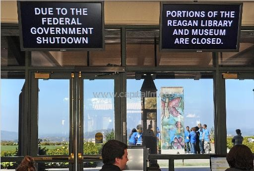 A sign in the lobby of the Ronald Reagan Presidential Library in Simi Valley, California warns visitors that the library is closed due a government shutdown, October 2, 2013/AFP