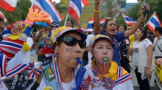 Anti-government protesters gather outside the Constitutional Court during a rally in Bangkok on November 20, 2013/AFP