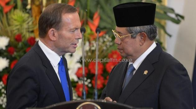 Australia's Prime Minister Tony Abbott (left) talks with Indonesia's President Susilo Bambang Yudhoyono after a joint press conference in Jakarta, on September 30, 2013/AFP