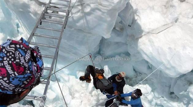 Rescuers help a survivor of an avalanche on Mount Everest, on April 18, 2014  © AFP Prakash Mathema