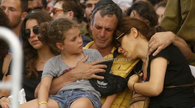 The parents and younger sister of an Israeli soldier mourn during his funeral in the military section of the Kiryat Shaul cemetery in Tel Aviv on July 31, 2014/AFP