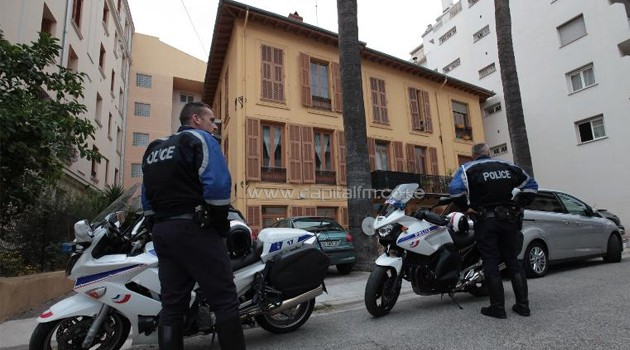 Policemen stand guard in front of the place where Herve Gourdel lived in Nice, southeastern France on September 24, 2014/AFP