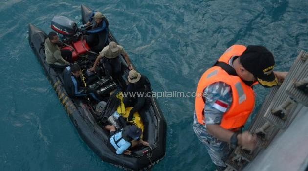 Indonesian Navy divers prepare to depart from the vessel KRI Banda Aceh to conduct operations to lift the tail of AirAsia flight QZ8501 in the Java Sea on January 9, 2015/AFP