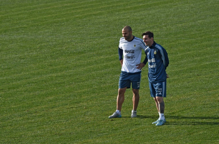 Argentina's forward Lionel Messi (R) speaks with midfielder Javier Mascherano during a training session at the Everton Sport Center in Vina del Mar, Chile PHOTO/AFP