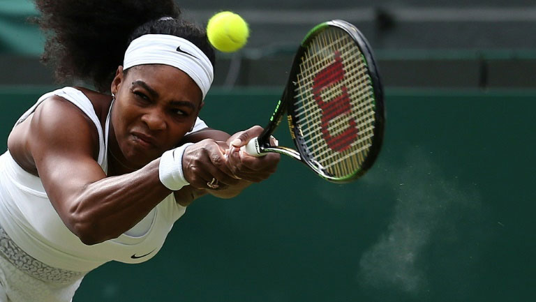 US player Serena Williams returns to Belarus's Victoria Azarenka during their women's quarter-finals match in Wimbledon on July 7, 2015. PHOTO/AFP