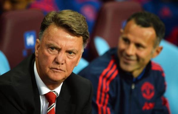 Manchester United's manager Louis van Gaal (L) and Manchester United's player-coach Ryan Giggs (R) before the start of the English Premier League soccer match between Aston Villa and Manchester United at Villa Park in Birmingham, Britain, 14 August 2015. PHOTO/AFP
