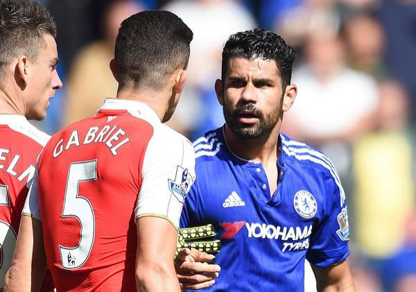 Chelsea's Diego Costa (R) has an altercation with Gabriel Paulista (C) resulting in Gabriel being sent off during the English Premier League soccer match between Chelsea FC and Arsenal FC at Stamford Bridge in London, Britain, 19 September 2015. PHOTO/AFP