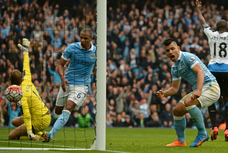 Manchester City's striker Sergio Aguero (R) reacts after scoring during an English Premier League football match between against Newcastle United at The Etihad Stadium in Manchester, north west England on October 3, 2015. PHOTO/AFP