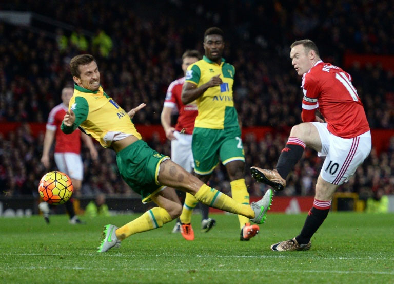 Manchester United's Wayne Rooney takes an unsuccessful shot at goal during the match agaist Norwich City at Old Trafford in Manchester, on December 19, 2015. PHOTO/AFP