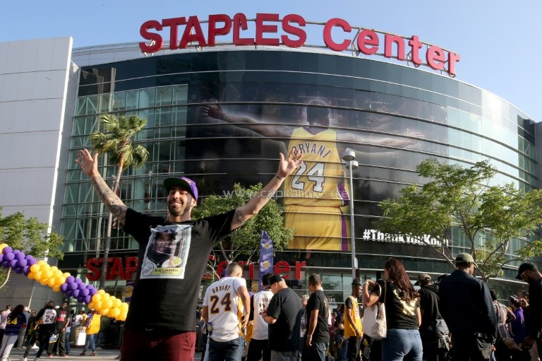 Fans gather outside Staples Center ahead of Kobe Bryant's final NBA game, in Los Angeles, California, on April 13, 2016. PHOTO/AFP.