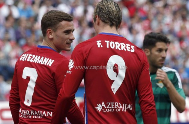 Atletico de Madrid's Spanish striker Fernando Torres (R) chats with teammate, French Antoine Griezmann, during their Spanish Primera Division soccer match played against Real Betis at Vicente Calderon stadium in Madrid, Spain, 02 April 2016. EPA/Kiko Huesca