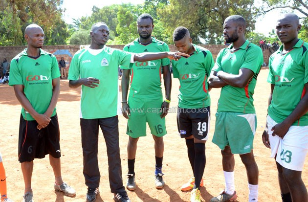 Gor Mahia Youth assistant coach Zablon 'Pro' Otieno (pointing) giving direction when he was coaching his Kaloleni team A1000 Street in the 2015 Koth Biro tournament where they gfinished second.PHOTO/Timothy Olobulu.