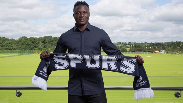Victor Wanyama poses with the Spurs scarf after arriving at their White Hart Lane base. PHOTO/SKY
