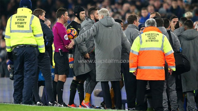 Arsene Wenger speaks to referee Mark Clattenburg at the final whistle. PHOTO/SKY